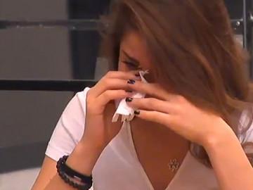 Berna Keklikler ağlamaktan kendini yere bıraktı