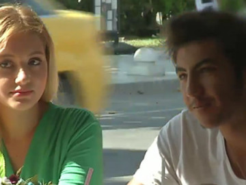 Yanındaki kıza vermek için arkadaşından para istedi!