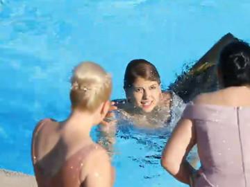 Doya Doya Moda'da büyük olay! Rakibini havuza itti...