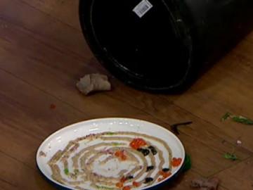Barbaros tabağını yere düşürdü